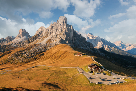 alpen: Dolomites mountains the Passo di Giau, Monte Gusela at behind  Nuvolau gruppe in South Tyrol, Italy