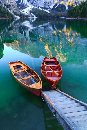 Lago di Braies e barche sullo sfondo della montagna Seekofel in Dolomiti, Italia (Pragser Wildsee) Archivio Fotografico - 86754144