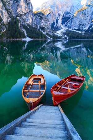 Braies 호수와 보트 Dolomites, 이탈리아 (Pragser Wildsee)에서 Seekofel 산의 배경에 숙박료,