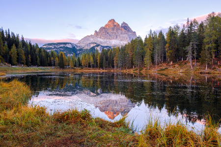 Beautiful Lago Di Antorno lake at background Drei Zinnen (Tre Cime di Lavaredo) mountain on the Dolomites in Italy Imagens