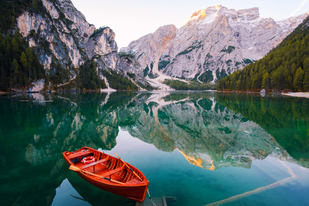 Beautiful Braies lake in boat and house in the background of Seekofel mountain in Dolomites,Italy ( Pragser Wildsee ) Imagens