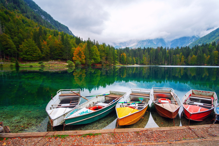 Lago di Fusine the mountain lake at boat and Mangart mountain in the background in north Italy alps, Europe 免版税图像