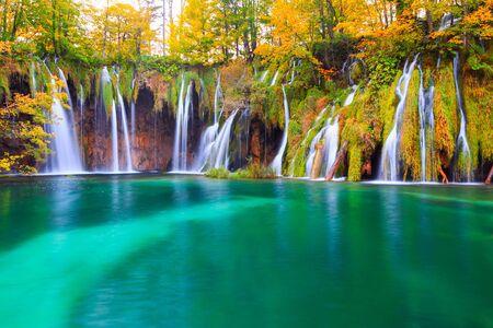 Słynne jeziora Plitwickie z pięknymi jesiennymi kolorami i wspaniałymi widokami na wodospady w Chorwacji, Park Narodowy Plitwickie