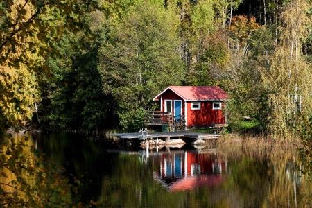 Typisch Zweedse rood huisje aan een meertje