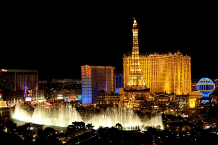 Las Vegas, Nevada, USA - April 7, 2011: Las Vegas Strip and the dancing Bellagio fountains by night.  Редакционное