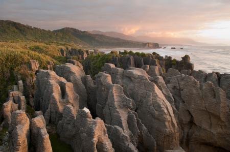 Pancake Rocks in de schemering in Punakaiki, Nieuw-Zeeland