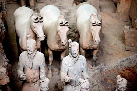 Terracotta krijgers en paarden bewaken het graf van keizer Qin Shi Huang, Xian, China