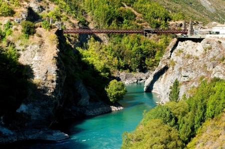 caida libre: Queenstown, Nueva Zelanda - 15 de febrero de 2012: Comercial Salto Bungy nació aquí en el puente de Kawarau cerca de Queenstown en 1988. Cada año, decenas de miles de personas hacen el salto bungy 43 metros. Editorial