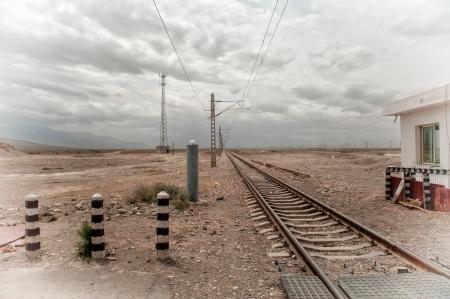 Het invoeren van Gobi woestijn - spoorlijn loopt door Gobi-woestijn in de provincie Gansu, China