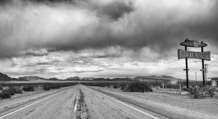 Verlaten voedsel en gas stop aan de historische Route 66 in de Mojave woestijn, Californië Stockfoto
