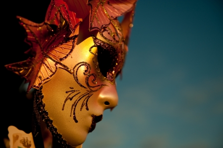 Venetiaans Carnaval masker in gouden avondlicht, Venetië, Italië