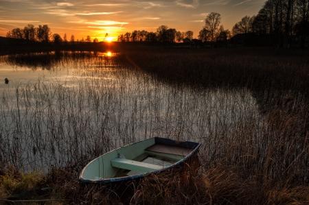 Herfst zonsondergang op een meer in Östergötland, Zweden