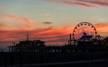 Los Angeles, Verenigde Staten - 22 september 2012: Santa Monica Pier, Los Angeles na zonsondergang. Redactioneel
