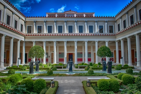 Los Angeles, Verenigde Staten - 4 oktober 2009: De binnenste zuilengalerij van de Getty Villa op een zonnige dag in oktober. Het ontwerp van de Getty Villa is geïnspireerd door de oude blauwdrukken van de Villa van de Papyri in Herculaneum.