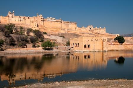 Amer Fort buiten Jaipur in Rajasthan is een van de belangrijkste toeristische attracties in India Het fort werd gebouwd op een oudere constructie door Raja Man Singh I in de late 16e eeuw en combineert zowel Hindoe-en Rajput stijl