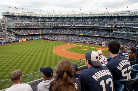 New York, NY, USA - May 12, 2011: Baseball fans watch Kansas City Royals v New York Yankees at Yankee Stadium Редакционное