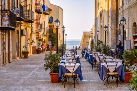Cefal, Sicilië, Italië 17 juli 2013 Een plein met een trattoria wachten op klanten in het oude centrum van Cefal Cefal is een van de meest populaire bestemmingen voor een Siciliaanse vakantie Redactioneel