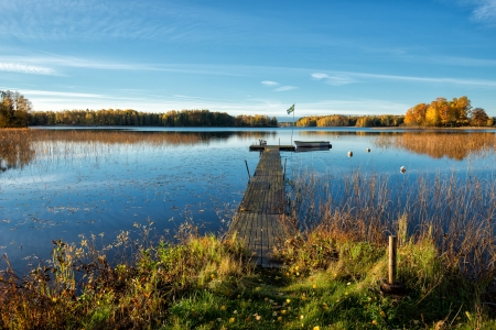 Glorious herfst ochtend door een meer in Zweden