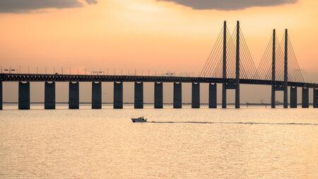 Oresund Bridge in de schemering gezien vanaf de Zweedse kant De brug is 7845 meter lang en loopt door tot in de Drogden tunnel die 4050 meter meet