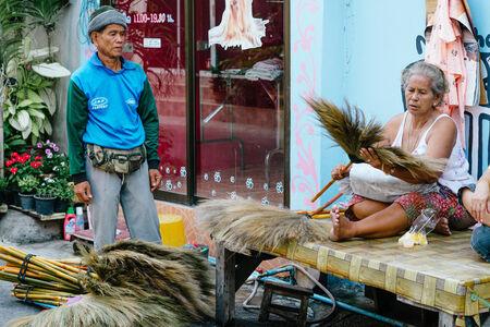 hin hua: Hua Hin, Thailand � February 14, 2013  Thai brush salesman displays his products for a Thai woman in Hua Hin  Hua Hin is a major tourist destination in Thailand  Editorial