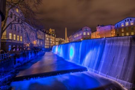paesaggio industriale: Blue Christmas - la cascata illuminata nel famoso paesaggio industriale a Norrk�ping, Svezia nel periodo natalizio Archivio Fotografico