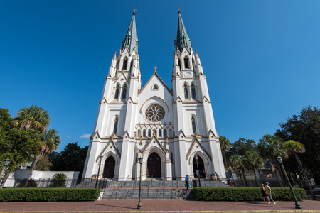 Savannah, GA, USA - October 12, 2014: Cathedral of St. John the Baptist on a sunny afternoon. The Roman Catholic cathedral was completed in 1896. Редакционное