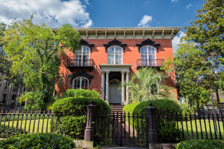 Savannah, GA, USA - 12 oktober 2014: The Mercer House in Savannah, Georgia. The Mercer House heeft in de roman Midnight in de tuin van goed en kwaad.