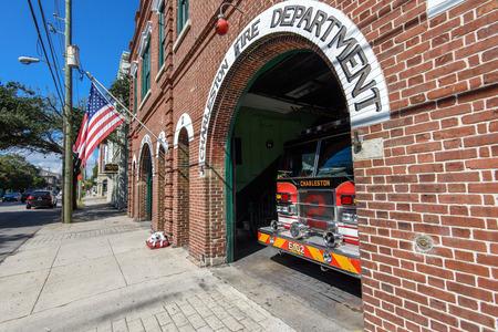 estacion de bomberos: Charleston, Carolina del Sur, EE.UU. - 13 de octubre 2014: Parque de bomberos de la vendimia en calle de la reuni�n en Charleston, Carolina del Sur.