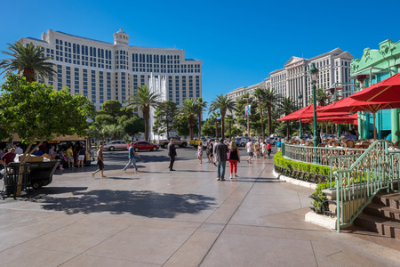 bellagio las vegas: Las Vegas, USA - October 7, 2014: Exteriors of Bellagio (left) and Caesars Palace (right) at the other side of Las Vegas Boulevard. They are two of the largest hotels in Las Vegas with almost 4000 rooms.