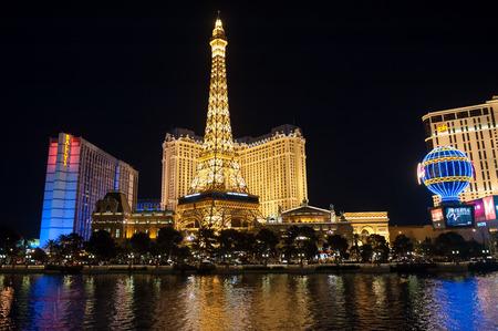 Las Vegas, USA - 7 april 2011: Las Vegas Boulevard 's nachts met Paris Las Vegas en Ballys hotels en casino's zoals te zien over het meer in het Bellagio.