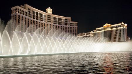 Las Vegas, USA - 7 april 2011: Fonteinen van Bellagio bij nacht. Fonteinen van Bellagio, die zijn te zien in verschillende films, is een grote dansende fontein gesynchroniseerd met muziek.