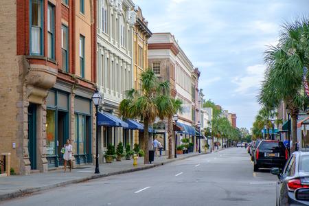 Charleston, SC, Verenigde Staten - 14 oktober 2014: Kings straat in Charleston, SC. Historische King Street is de belangrijkste winkelstraat van Charleston? S op straat.