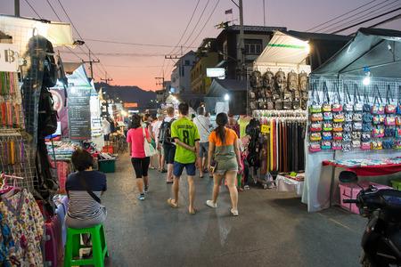 Hua Hin, Thailand - 18 januari 2015: De toeristen wandelen op de avondmarkt in Hua Hin. De beroemde avondmarkt in Hua Hin is een belangrijke toeristische attractie.
