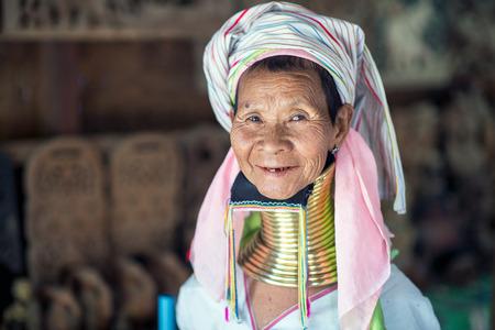 Bagan, Myanmar - 8 februari 2014: Portret van een lange nek Kayan vrouw. Koperen spoelen creëren lange nek is een traditie van de Kayan Lahwi vrouwen.
