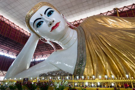 Yangon, Myanmar - 10 februari 2014: De enorme liggende Boeddha in Chauk Hhat Gyi Pagoda. De Boeddha is 65 meter lang.