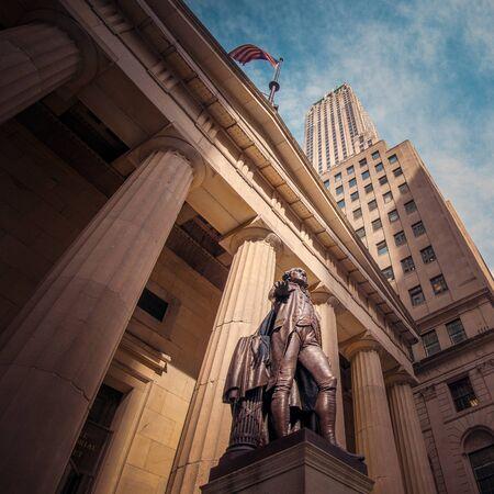 george washington: Nueva York, NY, EE.UU. - 25 de abril 2014: Wall Street con el Federal Hall National Memorial y la estatua de George Washington.
