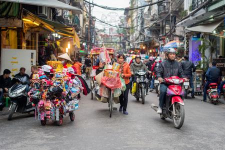 Hanoi, Vietnam - 11 februari 2015: Druk verkeer in het oude kwart van Hanoi. Er zijn ongeveer vier miljoen motorfietsen in de straten van Hanoi.