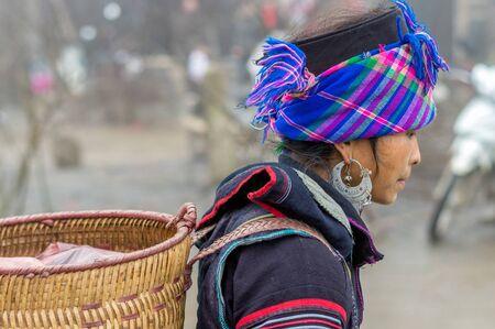 diversidad cultural: Sapa, Vietnam - 13 de febrero 2015: mujer de Hmong en un mercado de Sapa. Sapa es famoso por su paisaje accidentado y su rica diversidad cultural. Hmong es una de las muchas tribus de colores. Editorial