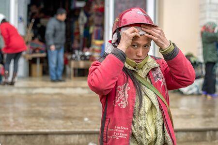 diversidad cultural: Sapa, Vietnam - 13 de febrero 2015: Mujer Red Dao en un mercado de Sapa. Sapa es famoso por su paisaje accidentado y su rica diversidad cultural. Gente Dao Rojo es una de las muchas tribus de colores.