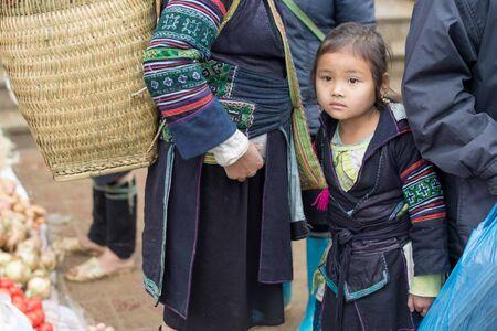 diversidad cultural: Sapa, Vietnam - 13 de febrero 2015: ni�o de Hmong en un mercado de Sapa. Sapa es famosa por su paisaje agreste y su rica diversidad cultural. Hmong es una de las muchas tribus de colores. Editorial