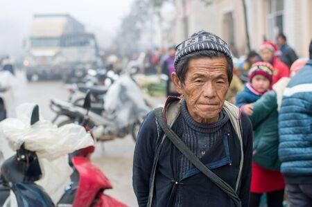 diversidad cultural: Sapa, Vietnam - 13 de febrero 2015: hombre Hmong en un mercado de Sapa. Sapa es famoso por su paisaje accidentado y su rica diversidad cultural. Hmong es una de las muchas tribus de colores.
