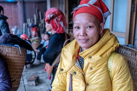 diversidad cultural: Sapa, Vietnam - 13 de febrero 2015: Mujer Red Dao en un pueblo fuera de Sapa. Sapa es famoso por su paisaje accidentado y su rica diversidad cultural. Gente Dao Rojo es una de las muchas tribus y coloridos.