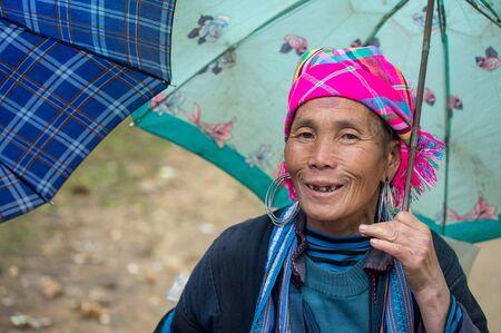 diversidad cultural: Sapa, Vietnam - 14 de febrero de 2015: mujer de Hmong en un mercado de Sapa. Sapa es famoso por su paisaje accidentado y su rica diversidad cultural. Hmong es una de las muchas tribus de colores.