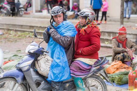 diversidad cultural: Sapa, Vietnam - 13 de febrero 2015: Escena de un d�a de lluvia en el mercado de Sapa. Sapa es famoso por su paisaje accidentado y su rica diversidad cultural. Editorial