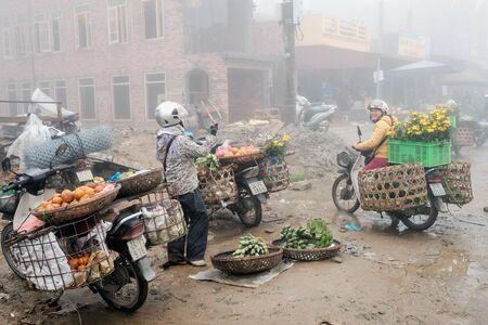 diversidad cultural: Sapa, Vietnam - 13 de febrero 2015: Escena de un d�a brumoso en el mercado en Sapa. Sapa es famoso por su paisaje accidentado y su rica diversidad cultural.
