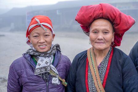 diversidad cultural: Sapa, Vietnam - 13 de febrero 2015: Mujer Red Dao en un pueblo fuera de Sapa. Sapa es famosa por su paisaje agreste y su diversidad cultural. La gente de Red Dao son una de las muchas tribus y coloridos.