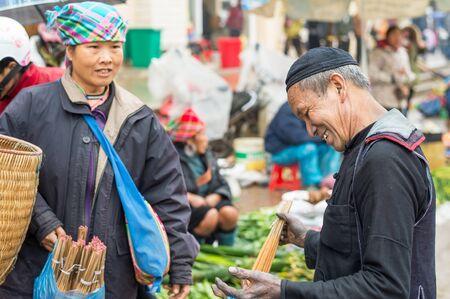 diversidad cultural: Sapa, Vietnam - 13 de febrero 2015: hmong hacer negocios en un mercado de Sapa. Sapa es famosa por su paisaje agreste y su diversidad cultural. Hmong son una de las muchas tribus de colores. Editorial
