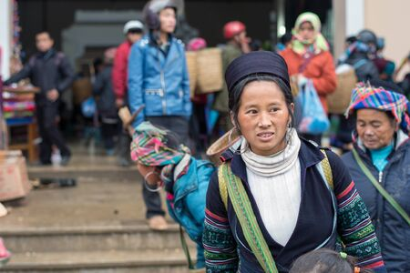 diversidad cultural: Sapa, Vietnam - 13 de febrero 2015: Mujer de Hmong en un mercado de Sapa. Sapa es famosa por su paisaje agreste y su diversidad cultural. Hmong son una de las muchas tribus de colores.