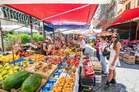 Palermo, Italië 9 juni 2015: Mercato il Capo in Palermo, Sicilië. Dit is een van de vele populaire open-air straatmarkten in Palermo. Palermo is meer dan 2700 jaar oud met een rijke en gevarieerde geschiedenis en cultuur.