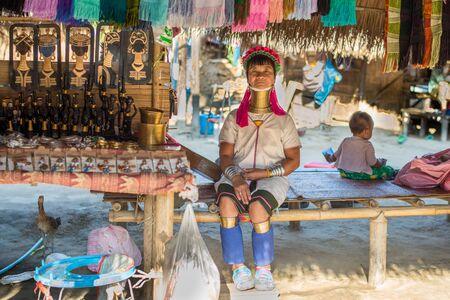 Chiang Rai, Tailandia - 4 de febrero de 2016: Karen madre de cuello largo con el niño en un pueblo entre Chiang Rai y Chiang Mai. Karen es una de varias tribus étnicas de la colina en el norte de Tailandia. Foto de archivo - 80069212